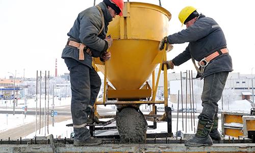 Рабочие выливают бетон