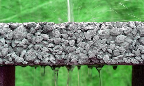 Вода течет на бетон